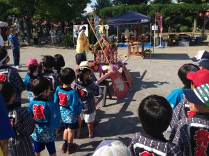 子ども神輿でこれより町内練り歩き