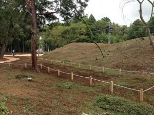 擬木柵とロープでスッカリ公園らしくなった墳墓