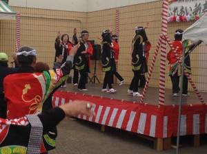 印西音頭保存会による踊りには、周りの人達も輪に加わってきました